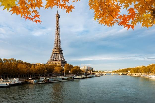 Seine en parís con la torre eiffel en la estación del otoño en parís, francia.