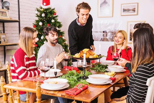 Seis amigos en cena de navidad