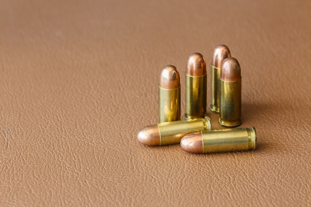 Seis balas en cuero marrón