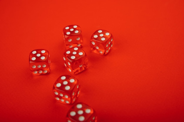 Seis dados rojos con manchas blancas