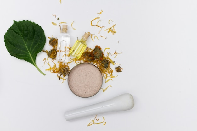 Selección de aceites esenciales con hierbas y flores.
