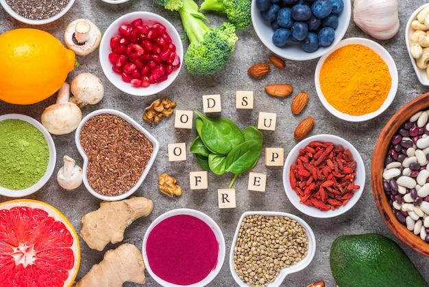 Selección de alimentación limpia de superalimentos: frutas, verduras, semillas, polvo, nueces, bayas