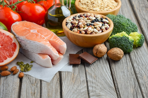 Selección de alimentos que son buenos para el corazón en una mesa de madera rústica