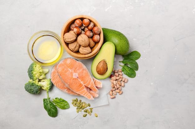 Selección de alimentos saludables para el corazón, concepto de vida, vista superior, plano, copia espacio.