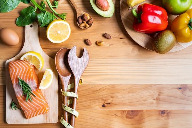 Selección de alimentos saludables para el corazón sobre fondo de madera