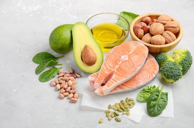 Selección de alimentos saludables para el corazón.