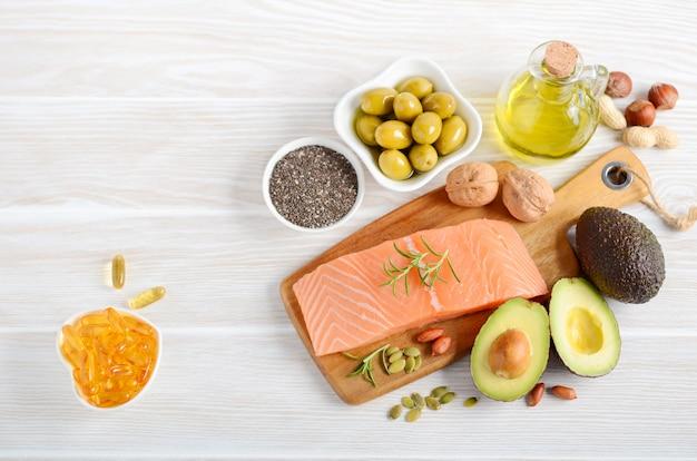 Selección de alimentos saludables con grasas insaturadas.