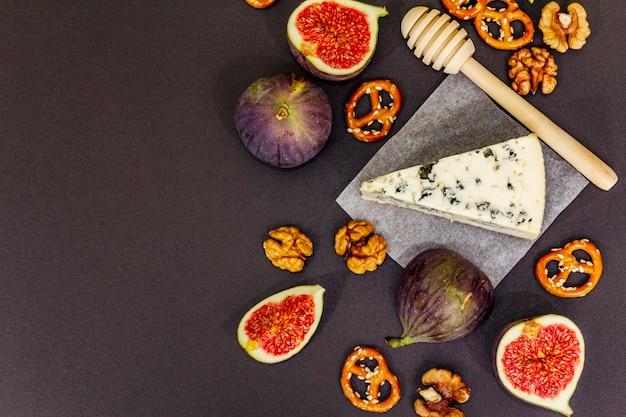 Selección de aperitivos de queso o set de bocadillos de vino. queso azul, higos, miel, nueces, pretzels