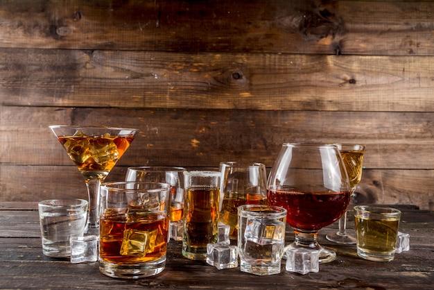 Selección de bebidas alcohólicas fuertes y duras.