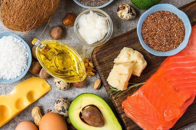 Selección de buenas fuentes de grasas y omega 3. concepto de alimentación saludable dieta cetogénica.