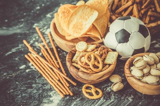 Selección de comida de fiesta para ver el campeonato de fútbol.