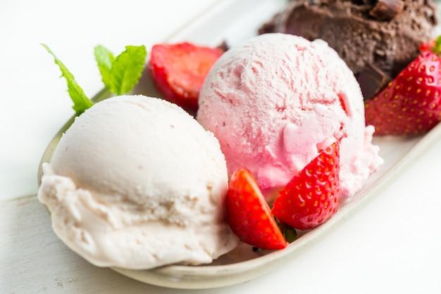 Selección de diferentes cucharadas de helado.