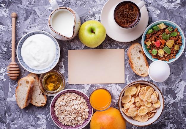 Selección de diferentes desayunos saludables.
