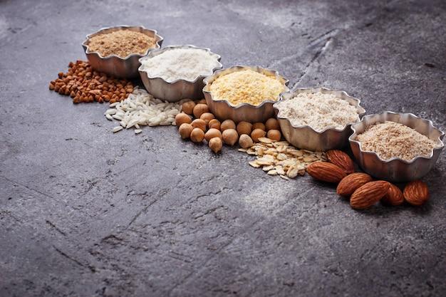 Selección de diferentes harinas sin gluten (almendra, trigo sarraceno, arroz, garbanzos y avena)