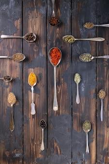 Selección de diversas especias y hierbas.