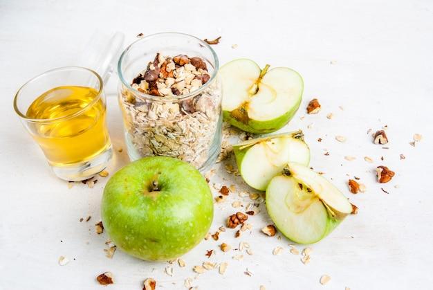 Selección de ingredientes para cocinar el tradicional crumble de manzana de otoño, copia espacio, vista superior
