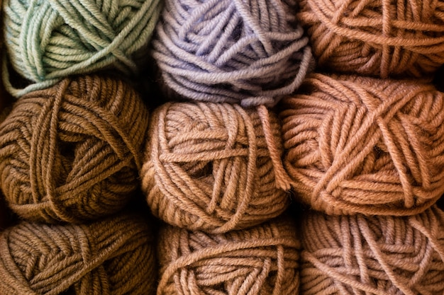 Selección de lana de hilo de colores.