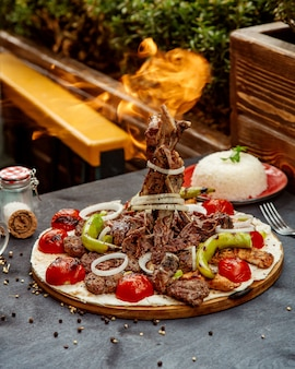 Selección mixta de kebab con verduras