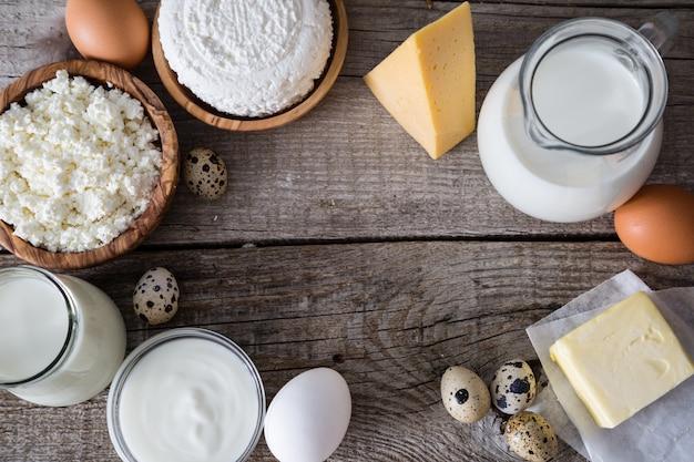 Selección de productos lácteos en fundamentos de madera rústica