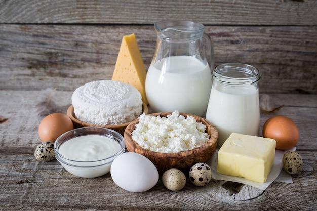 Selección de productos lácteos sobre fondo de madera rústica