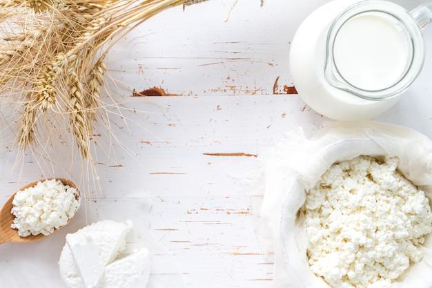Selección de productos lácteos y trigo.
