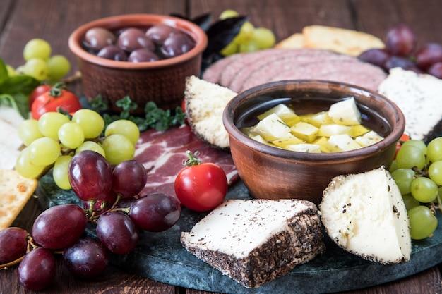 Selección de quesos y aperitivos de carne.