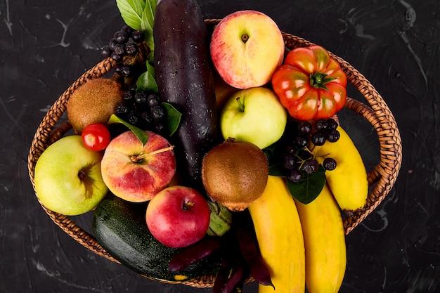 Selección saludable de alimentos coloridos en la cesta