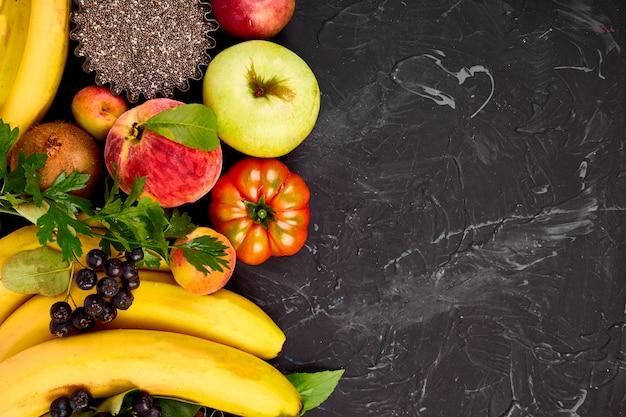 Selección saludable de alimentos coloridos: frutas, vegetales, semillas, superalimentos