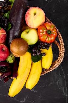 Selección saludable de alimentos coloridos: frutas, verduras, superalimentos,