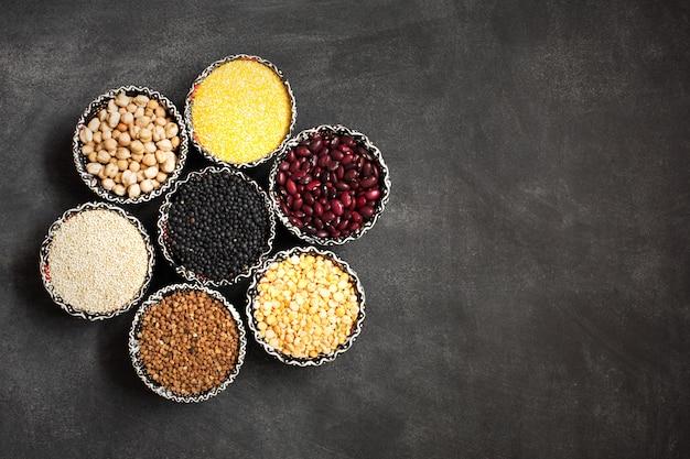 Selección de varios cereales de colores. copia espacio