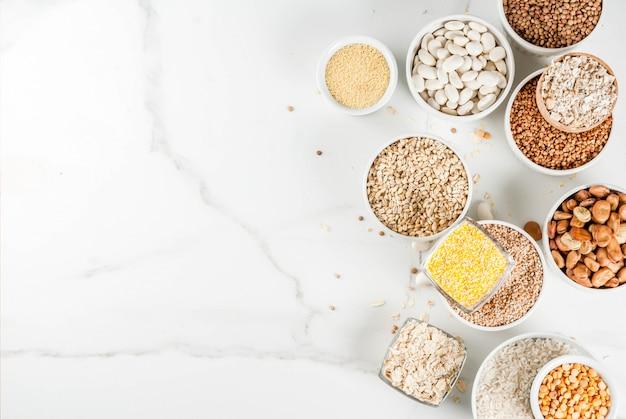 Selección de varios tipos de granos de cereales en diferentes tazones