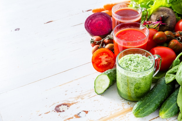 Selección de verduras y zumos.