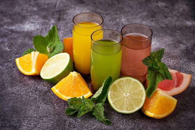 Selección de zumos cítricos frescos. bebidas desintoxicantes. enfoque selectivo