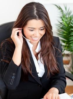 Self-assured asiática empresaria con auriculares
