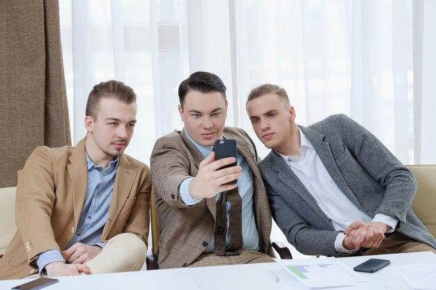 Selfie adicción hombres de negocios egomanía