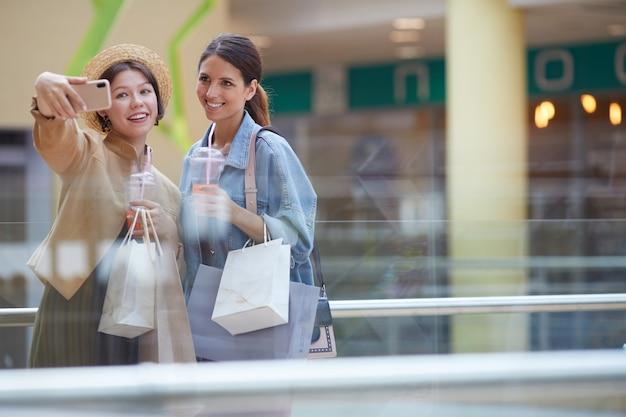 Selfie con amigo en el centro comercial