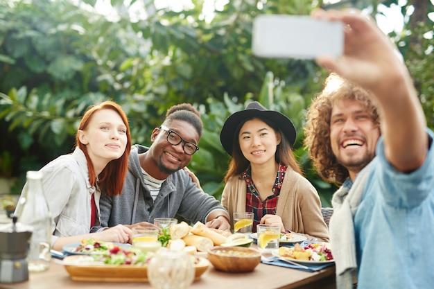Selfie de amigos felices