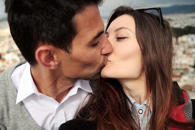 Selfie disparo pareja amorosa. los amantes se besan en una altura, acrópolis, atenas. selfie de viaje.