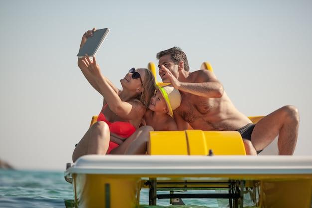Selfie familiar junto al mar, vacaciones de verano
