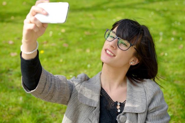 Selfie, hermosa chica tomada fotos de ella