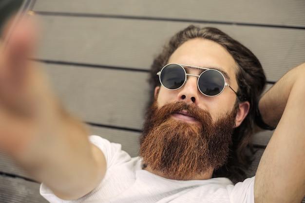 Selfie de un hombre inconformista.