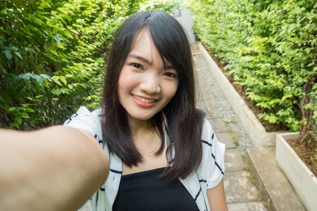 Selfie de mujer asiática