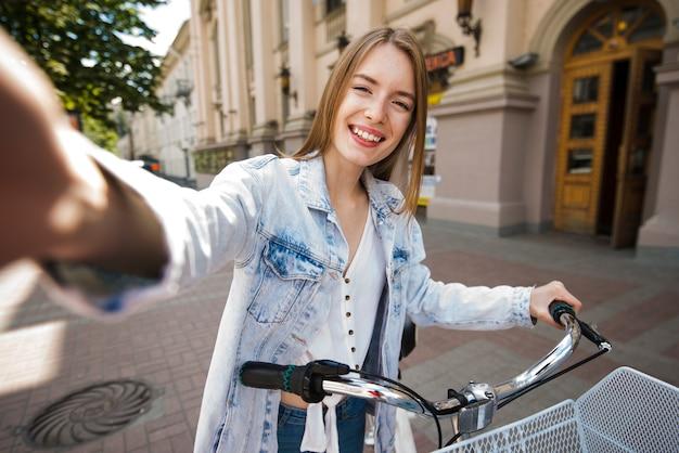 Selfie de mujer con bicicleta.