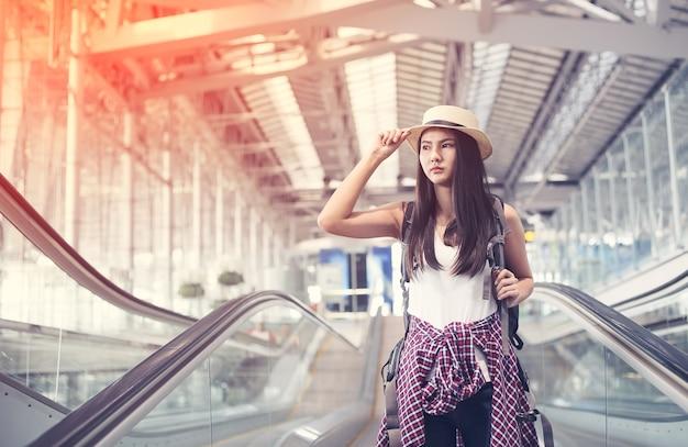 Selfie de mujer joven en el aeropuerto internacional,
