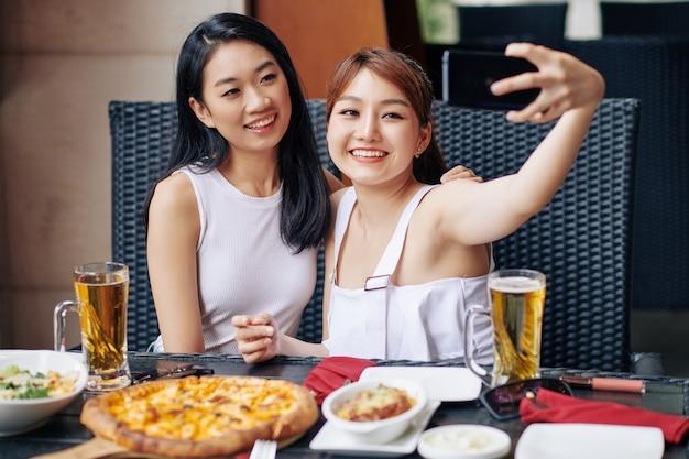 Selfie retrato con amigo