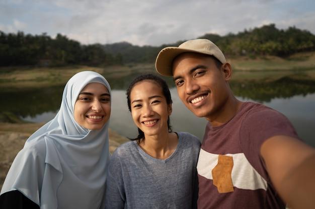 Selfie tres amigo y mujer musulmana
