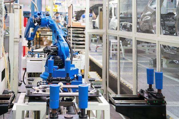 Sellado automático de vidrio con robot en la fábrica de fabricación inteligente 4.0