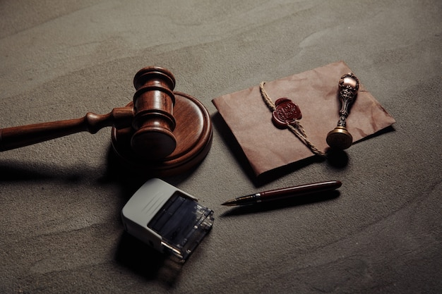 Sello de notario, mazo de madera, documento notariado sobre una mesa. concepto de legalidad.