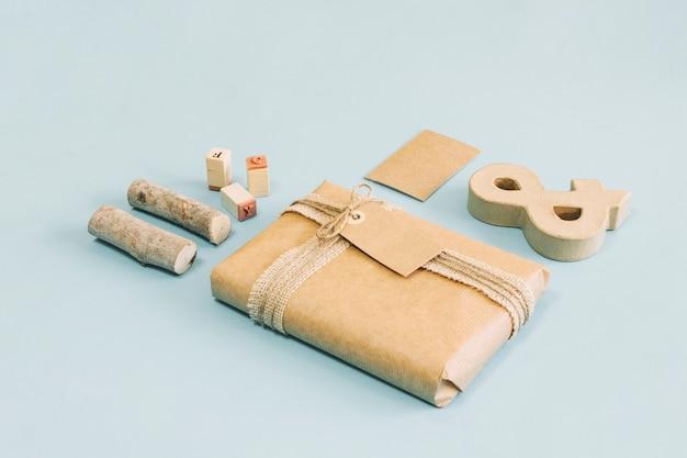 Sellos y madera cerca de ampersand y regalo