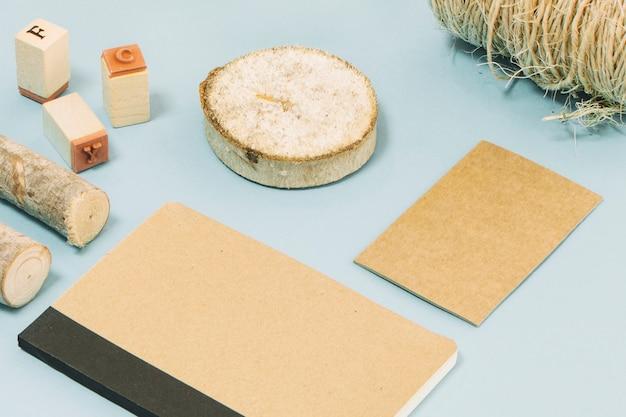 Sellos y madera cerca del cuaderno